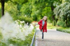 Прелестная маленькая девочка имея потеху на день осени Стоковые Фото