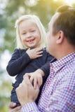 Прелестная маленькая девочка имея потеху с папой Outdoors Стоковое Изображение RF