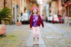 Прелестная маленькая девочка имея потеху outdoors Стоковое фото RF