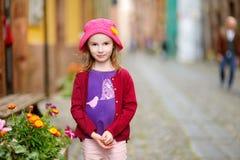 Прелестная маленькая девочка имея потеху outdoors Стоковая Фотография RF