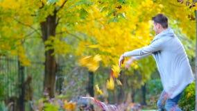 Прелестная маленькая девочка и счастливый отец наслаждаются днем падения в парке осени outdoors Семейный отдых осени видеоматериал