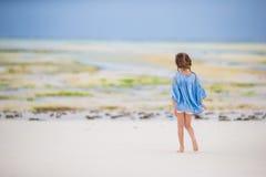Прелестная маленькая девочка на каникулах пляжа во время малой воды Стоковое Изображение
