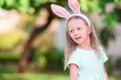Прелестная маленькая девочка на празднике пасхи Стоковые Изображения