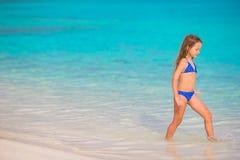 Прелестная маленькая девочка на пляже во время лета Стоковое Изображение RF