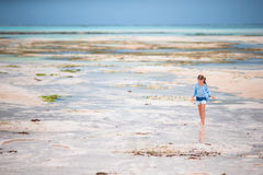 Прелестная маленькая девочка на пляже в малой воде в Занзибаре Стоковая Фотография RF