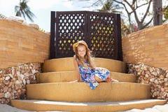 Прелестная маленькая девочка на тропическом пляже стоковое фото