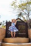 Прелестная маленькая девочка на тропическом пляже стоковые фото