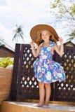 Прелестная маленькая девочка на тропическом пляже стоковые изображения
