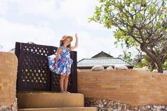 Прелестная маленькая девочка на тропическом пляже стоковые изображения rf