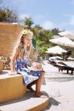 Прелестная маленькая девочка на тропическом пляже стоковое фото rf