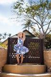 Прелестная маленькая девочка на тропическом пляже стоковые фотографии rf