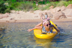 Прелестная маленькая девочка сплавляться в голубом море во время Стоковая Фотография RF