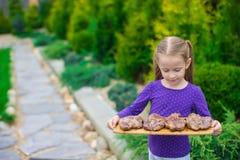 Прелестная маленькая девочка с зажаренными стейками в руках внешних Стоковые Фотографии RF