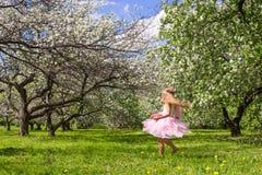 Прелестная маленькая девочка с крылами бабочки имеет потеху Стоковые Изображения