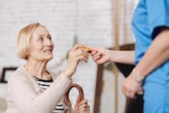 Прелестная старшая женщина улучшая ее иммунную систему Стоковые Фотографии RF