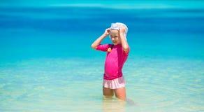 Прелестная счастливая маленькая девочка имеет потеху на отмелом Стоковая Фотография RF
