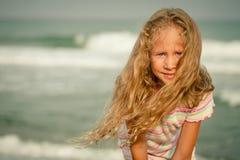 Прелестная счастливая усмехаясь девушка на пляже стоковые фотографии rf