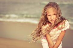 Прелестная счастливая усмехаясь девушка на пляже стоковое изображение rf