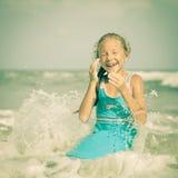 Прелестная счастливая усмехаясь девушка на пляже стоковая фотография rf
