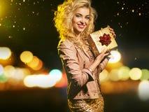 Прелестная умная женщина держа подарок Стоковое Изображение RF