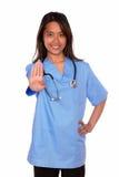 Прелестно азиатская женщина медсестры давая максимум Стоковые Фотографии RF