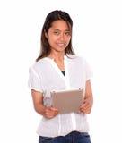 Прелестно азиатская молодая женщина используя ее ПК таблетки Стоковое Изображение