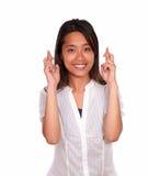 Прелестно азиатская молодая женщина пересекая перста Стоковое фото RF