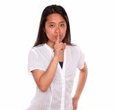 Прелестно азиатская молодая женщина спрашивая безмолвие Стоковые Фото