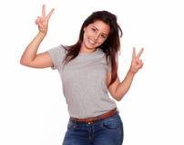 Прелестно женщина показывая знак победы с перстами Стоковые Фотографии RF