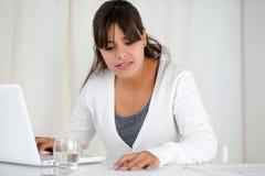 Прелестно женщина работая на офисе с компьтер-книжкой Стоковое Изображение