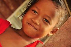 Прелестно маленькая девочка усмехаясь в доме села стоковые изображения