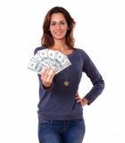 Прелестно молодая женщина держа деньги наличных денег Стоковая Фотография RF