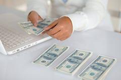 Прелестно молодая женщина подсчитывая деньги наличных денег Стоковое Фото