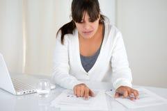Прелестно молодая женщина работая с документами Стоковая Фотография