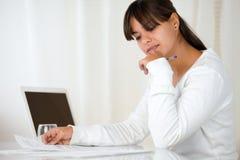 Прелестно документы чтения молодой женщины на офисе Стоковые Изображения RF