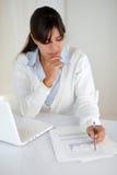 Прелестно документы чтения молодой женщины на офисе Стоковая Фотография