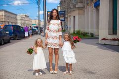 2 прелестно сестры с красивыми букетами и Стоковые Изображения RF