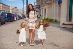 2 прелестно сестры с красивыми букетами и Стоковые Изображения