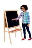 Прелестно сочинительство маленькой девочки на классн классном Стоковое фото RF
