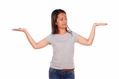 Прелестно этническая молодая женщина задерживая ее ладони Стоковое Изображение RF