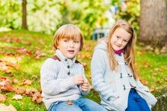 Прелестные дети в парке осени Стоковые Изображения RF