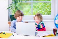 Прелестные дети с компьтер-книжкой Стоковые Изображения