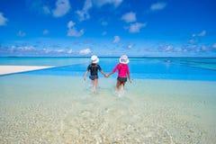 Прелестные маленькие девочки в открытом бассейне дальше Стоковое Изображение RF