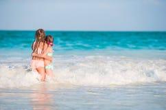 Прелестные маленькие девочки играя во время малой воды на пляже Стоковое Изображение RF
