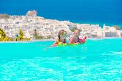 Прелестные маленькие девочки играя в открытом бассейне с красивым видом Стоковые Фото