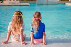 Прелестные маленькие девочки играя в открытом бассейне Стоковое Фото