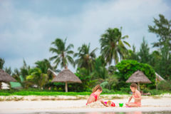 Прелестные маленькие девочки играя с игрушками во время каникул пляжа Стоковая Фотография RF