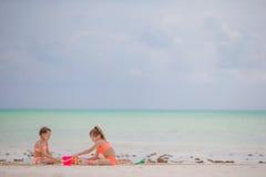 Прелестные маленькие девочки играя с игрушками во время каникул пляжа Стоковые Изображения RF