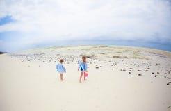 Прелестные маленькие девочки играя с игрушками во время каникул пляжа Стоковые Изображения