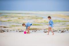 Прелестные маленькие девочки играя с игрушками во время малой воды на Занзибаре Стоковое Фото